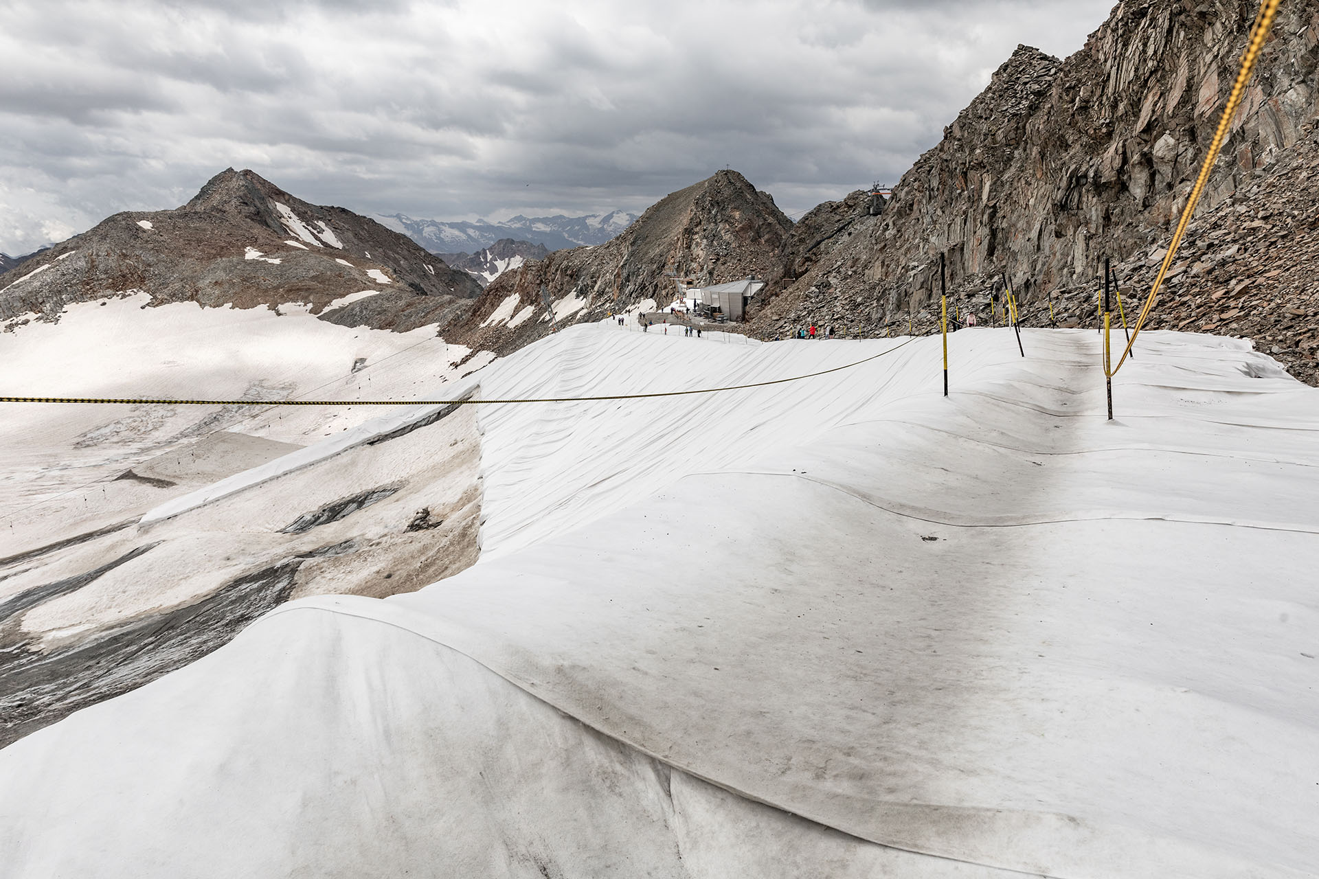 Um das weitere Abschmelzen des Stubaier Gletschers zu verhindern, wird Eis und Schnee im Sommer mit Planen abgedeckt.